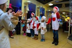 Alchevsk Ukraina, Styczeń, - 14, 2018: dzieci w postaci kucharz sztuki z animatorami fotografia stock