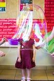 Alchevsk Ukraina, Wrzesień, - 21, 2017: dziecka ` s przedstawienie mydlani bąble dziecko umieszcza w pęcherzowym Fotografia Stock