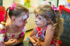 Alchevsk, Ukraine - 3 août 2017 : Un enfant dessine un visage pour une partie du ` s d'enfants Maquillage d'Aqua pour des filles  Image libre de droits