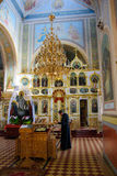 Alchevsk, Ukraine - 28 avril 2017 : Cérémonie de mariage pour des nouveaux mariés dans l'église Images libres de droits