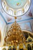 Alchevsk, Ukraine - 28 avril 2017 : Cérémonie de mariage pour des nouveaux mariés dans l'église Photos stock