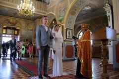 Alchevsk, Ukraine - 28 avril 2017 : Cérémonie de mariage pour des nouveaux mariés dans l'église Image stock