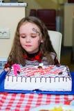 Alchevsk, Ukraine - 10 février 2018 : les animateurs allument une bougie pour une fille sur un gâteau Photo stock