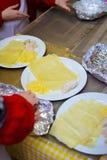 Alchevsk, Ukraine - 21 janvier 2018 : Les enfants sous forme de cuisiniers apprennent comment faire cuire le lasagne photographie stock