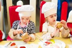 Alchevsk, Ukraine - 16 juillet 2017 : Classe de maître du ` s d'enfants sur faire cuire des pommes de terre dans le four avec du  photo stock