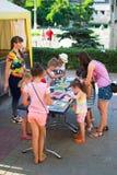 Alchevsk, Ukraine - 27. Juli 2017: Kinder malen mit Kleber und farbigem Sand Kind-` s Partei Lizenzfreie Stockfotos