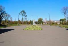 Alchevsk, Ukraine - 14 octobre 2010 : Métallurgistes sculpturaux de groupe, combattants pour la puissance soviétique - 1973 Photos libres de droits