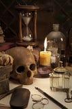 Alchimiestillleben mit dem Schädel Stockfotografie