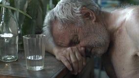 Alcoólico que dorme na tabela video estoque