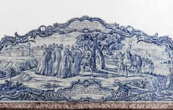 ALCOBACA, PORTUGAL - Azulejos que representan una escena religiosa en el Mosteiro de Santa Maria de Alcobaca Fotos de archivo libres de regalías