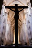 Alcobaca, Portugal O crucifixo com Jesus Christ pregou à cruz Monastério da abadia de Alcobaca imagens de stock royalty free