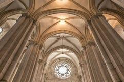 ALCOBACA, PORTUGAL - techo del monasterio de Alcobaca, una iglesia católica en el centro de la ciudad Foto de archivo libre de regalías