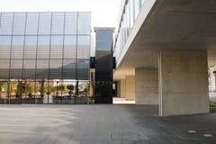 Alcobendas, España - 16 de abril de 2017: Cemente la estructura del hormigón y del metal en el edificio de biblioteca Fotos de archivo libres de regalías