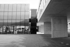 Alcobendas, España - 16 de abril de 2017: El hormigón del cemento y la estructura del metal en el edificio de biblioteca en negro Fotos de archivo libres de regalías