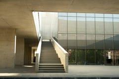 Alcobendas, España - 16 de abril de 2017: Hormigón del cemento de la escalera y estructura del metal en el edificio de biblioteca Imagen de archivo