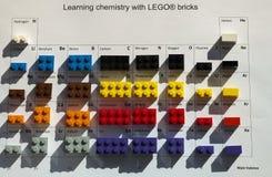 Alcobendas, Espanha 24 de abril de 2016 aprendendo tijolos chemisty do whit LEGO imagem de stock
