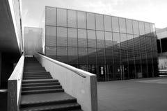 Alcobendas, Spagna - 16 aprile 2017: Calcestruzzo e costruzione metallica del cemento della scala in locali della biblioteca Immagini Stock Libere da Diritti