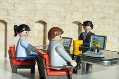 Alcobendas, Spanje Oktober 12, van 2018 A man en een vrouw komt de werkgever in zijn bureau samen Concept, Playmobil-stuk speelgo royalty-vrije stock afbeelding