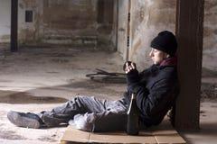 Alcohólico que fuma Fotografía de archivo libre de regalías