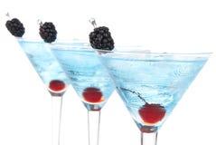 Alcohol azul de la fila de los cocteles de martini Fotos de archivo libres de regalías