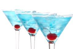 Alcohol azul del rowwith de los cocteles de martini imagen de archivo