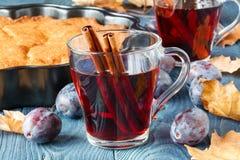 Alcohol caliente para el día frío con la empanada del ciruelo fotografía de archivo