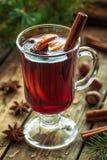 Alcohol caliente reflexionado sobre del invierno tradicional del vino condimentado Imagenes de archivo