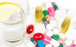 Alcohol con las medicinas en blanco fotografía de archivo