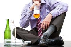 Alcohol de consumición de la botella fotografía de archivo libre de regalías