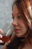Alcohol de consumición de la mujer fotografía de archivo
