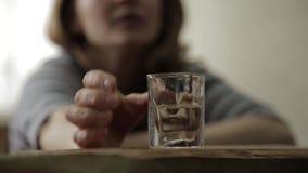 Alcohol de consumición de la mujer sola triste de los vidrios en barra alcoholismo femenino, inestabilidad emocional y tensiones  almacen de video