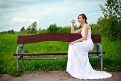 Alcohol de consumición de la sola novia fotografía de archivo libre de regalías