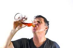 Alcohol de consumición del hombre imagen de archivo