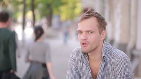 Alcohol de consumición del hombre desaliñado en la calle cerveza en una bolsa de papel metrajes