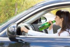 Alcohol de consumición embriagado del conductor femenino foto de archivo libre de regalías