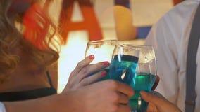 Alcohol de consumición feliz de la gente joven, teniendo resto en el partido corporativo del traje almacen de metraje de vídeo