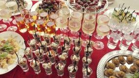 Alcohol in de glazen, het sap, de salades, canapés en het fruit voor catering stock video