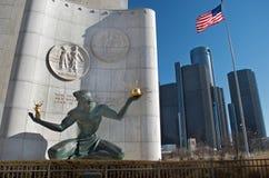 Alcohol de la estatua de Detroit en Detroit céntrica con las jefaturas del centro del renacimiento o del mundo del GM imagen de archivo libre de regalías