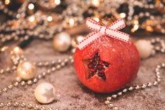 Alcohol de la Navidad? con Santa y Noel Una estrella cortada en una granada fotos de archivo