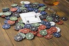 Alcohol de la tarjeta de fichas de póker imagen de archivo