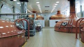 Alcohol de las tiendas de la maquinaria de la cerveza en una instalación moderna almacen de metraje de vídeo