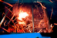 Alcohol del fuego en hoyo del Bbq foto de archivo