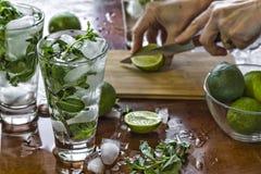 Alcohol, drank, cocktail, groene koude, koel, ijs, sap, kalk, munt, mojito, de zomer, citrusvrucht, verse drank, fruit, glas, rum royalty-vrije stock foto