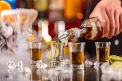 Alcohol duro en contador de la barra imágenes de archivo libres de regalías