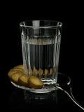 Alcohol in een glas met snack Stock Afbeeldingen