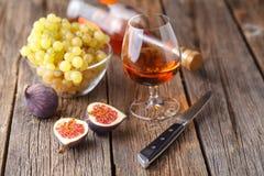 Alcohol en een snack van fruit royalty-vrije stock afbeeldingen