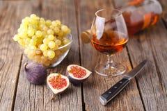 Alcohol en een snack van fruit stock foto's