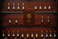 Alcohol en el estante de visualización Fotos de archivo