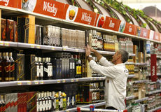 Alcohol en liqour het winkelen bij supermarkt Stock Afbeeldingen