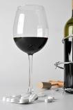 Alcohol en pillen royalty-vrije stock foto's